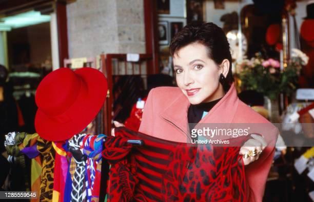 Isolde Tarrach, deutsche Moderatorin und Fernsehansagerin, stöbert bei einem privaten Fotoshooting durch die Geschäfte in der Lobby des Hotel Maritim...