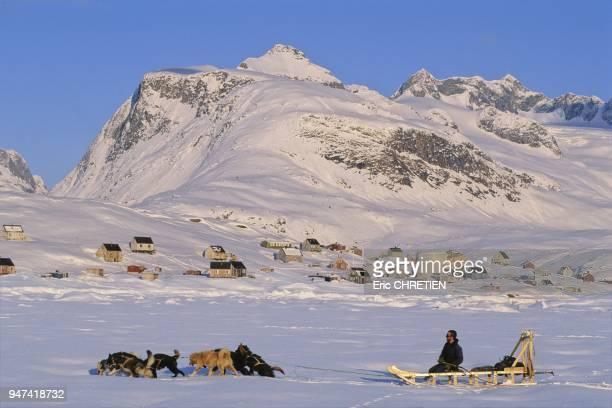 Isole entre le fjord Sermilik gele durant les huit mois du long hiver arctique et la chaine des montagnes d'Asingaleq et Kugarmit dont le point...