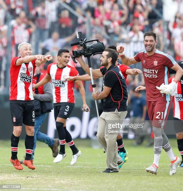 Israel Damonte, Lucas Diarte, and Mariano Andujar of Estudiantes celebrate after winning the match between Estudiantes and Gimnasia y Esgrima La...