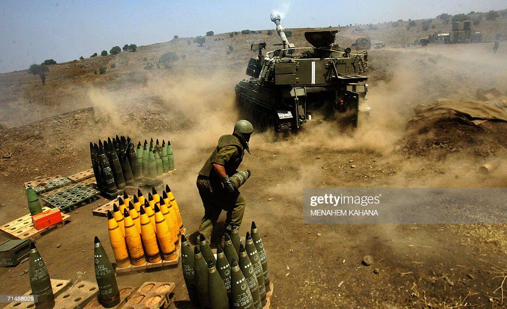 Israeli soldiers reload a mobile artille : Fotografía de noticias