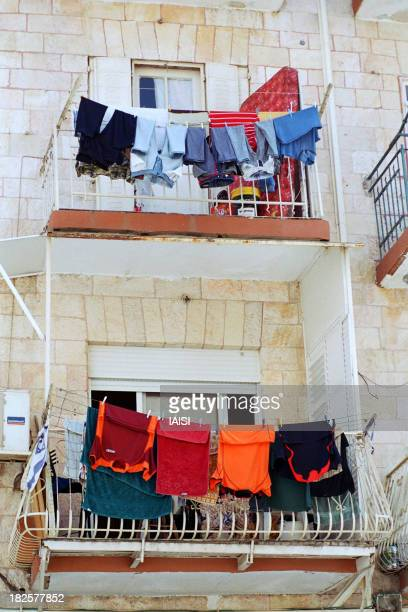 Israel, Jerusalem, the Old Quarter of Mahanè Yehuda Market,hanging laundry in the outdoors in the autumn heat. Israël Jerusalem, le vieux quartier du...