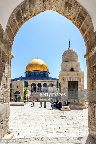 israel, jerusalem, view through arch to dome of the rock at temple mount - monte del templo fotografías e imágenes de stock
