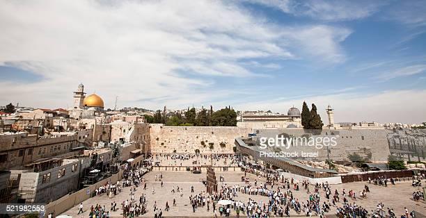 israel, jerusalem, wailing wall with the gilded dome of the rock on the left and the al-aqsa mosque on the right - muro de las lamentaciones fotografías e imágenes de stock