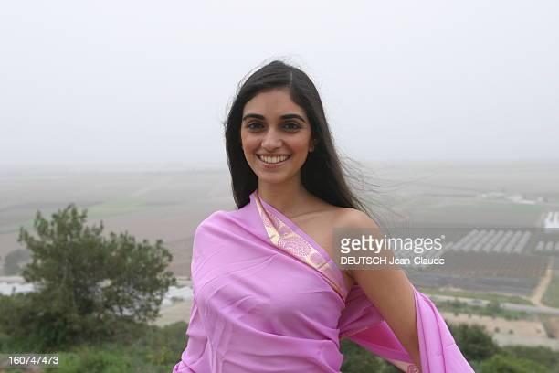 Israeli Actresses Liraz Charhi And Netta Garti Plan de face souriant de l''actrice Liraz CHARHI en sari