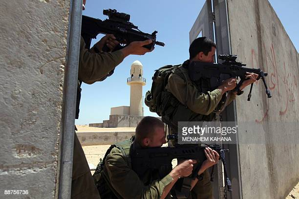 Israeli elite infantry soldiers armed with Israeli made Tavor rifle take part in an urban warfare training on June 30, 2009 in the IDF's Urban...