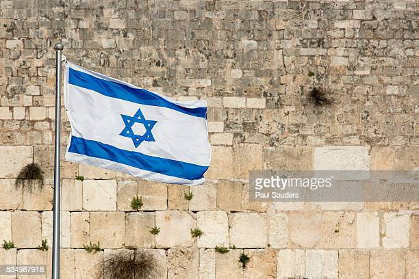 israeli flag flies over western wall, jerusalem, israel - israele foto e immagini stock