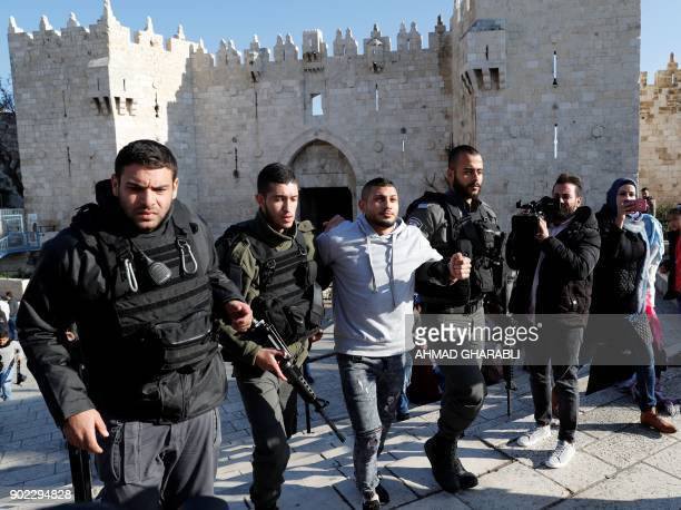 Israeli forces detain a Palestinian man at the entrance of Damascus Gate outside Jerusalem's Old City on January 7 2018 / AFP PHOTO / AHMAD GHARABLI