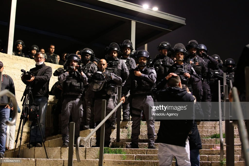 Israeli police disperse a group of Palestinians after unfurling flag : Nieuwsfoto's