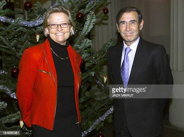 Israeli Foreign Minister Shlomo Ben Ami poses with his Swedish counterpart Anna Lindh 03 January 2001 at the govenrment's headquaters Rosenbad in...