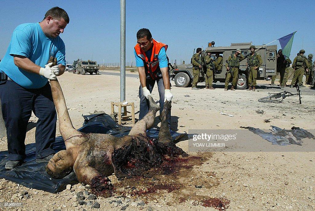 Israeli paramedics remove the body of a : News Photo