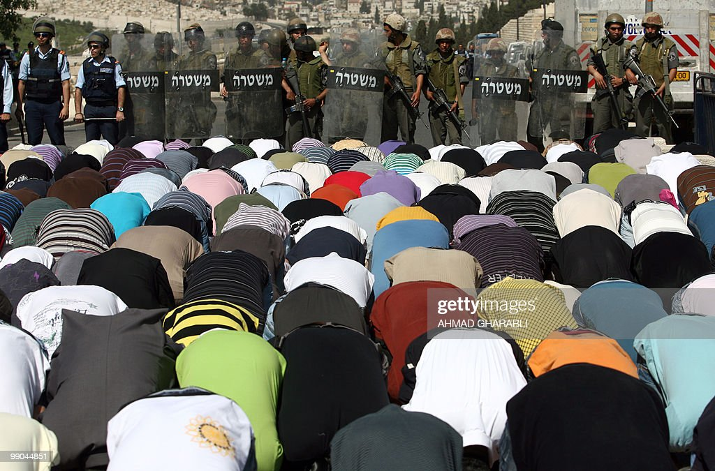 Israeli police stand guard as Palestinia : News Photo