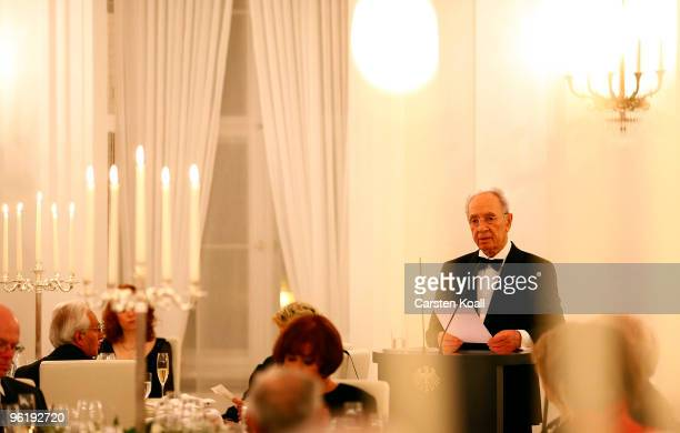 Israeli President Shimon Peres gives a speach during a gala dinner given by German President Horst Koehler in honour to the Israeli President on...