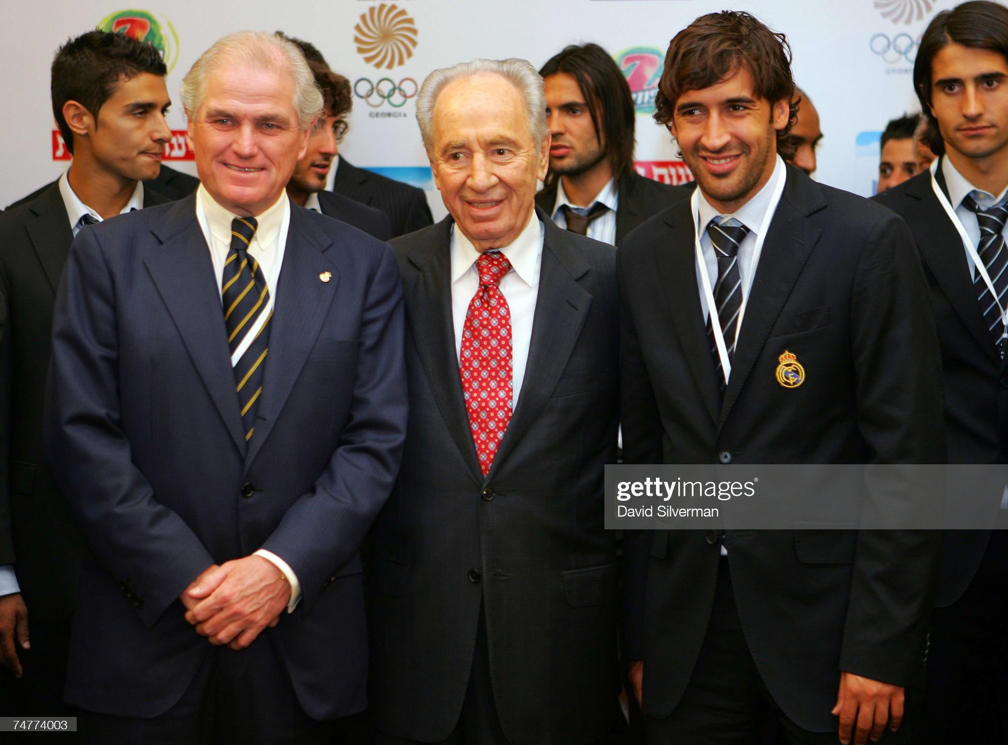¿Cuánto mide Ramón Calderón? Israeli-presidentelect-shimon-peres-poses-with-real-madrid-soccer-picture-id74774003?s=2048x2048