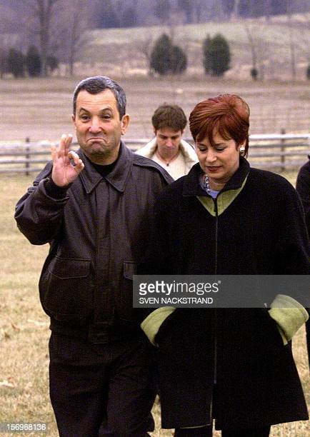 Israeli Prime Minister Ehud Barak accompanied by his wife Nava signals his approval to the press of their visit to the Antietam National Civil War...