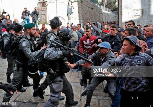 TOPSHOT Israeli security forces and Palestinian protesters confront each other in Jerusalem's Old City on December 15 2017 / AFP PHOTO / Thomas COEX