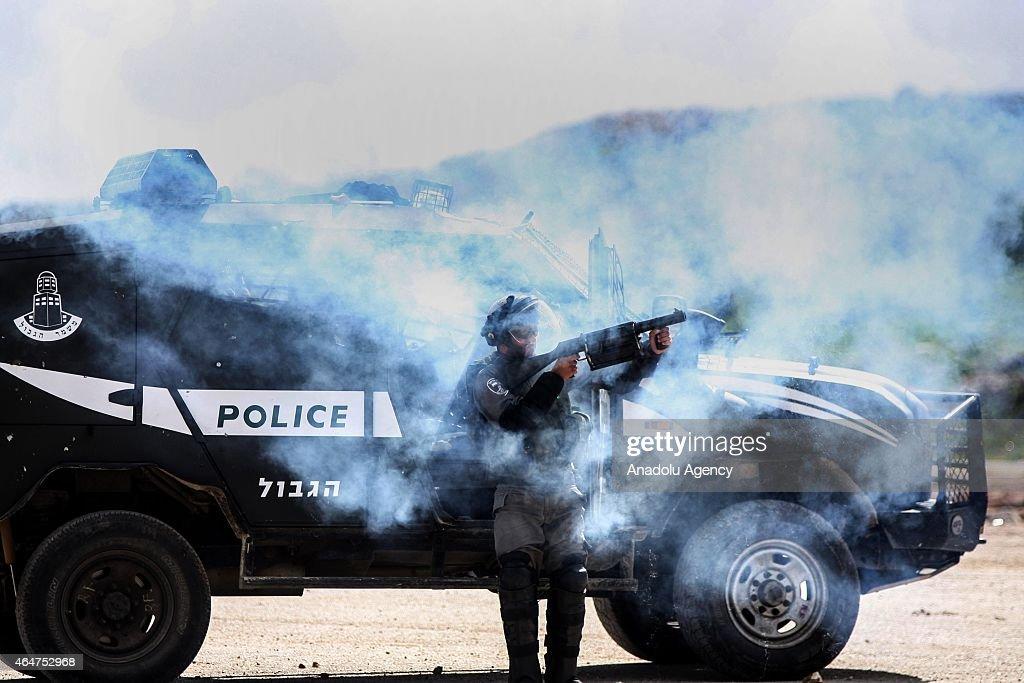 Israeli Police interfere Palestinians' demonstration in Ramallah : News Photo