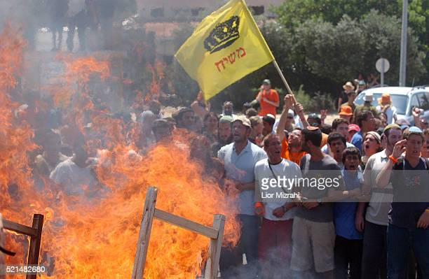 Israeli settlers set fire to block the main road to the southern Gaza Strip Gush Katif settlement of Neve Dekalim 16 August 2005 Over a dozen...