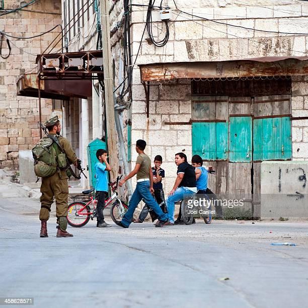 soldados israelitas e palestinianos, crianças - territórios da palestina - fotografias e filmes do acervo