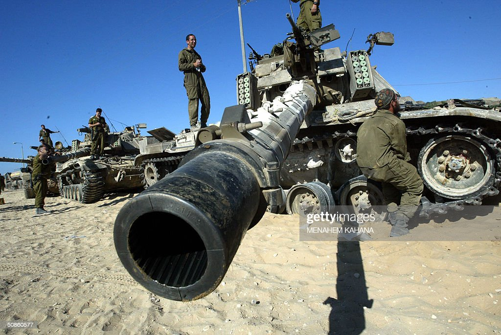 Israeli soldiers prepare their tanks just before moves into the outskirts of the southern Gaza Strip town of Rafah 20 May 2004, on the third day of the massive Israeli army operation in the area. A total of 41 Palestinians have been killed since the Israeli army launched the Rafah raid early 18 May, dubbed 'Operation Rainbow' and aimed at stopping arms smuggling from Egypt through cross-border tunnels.