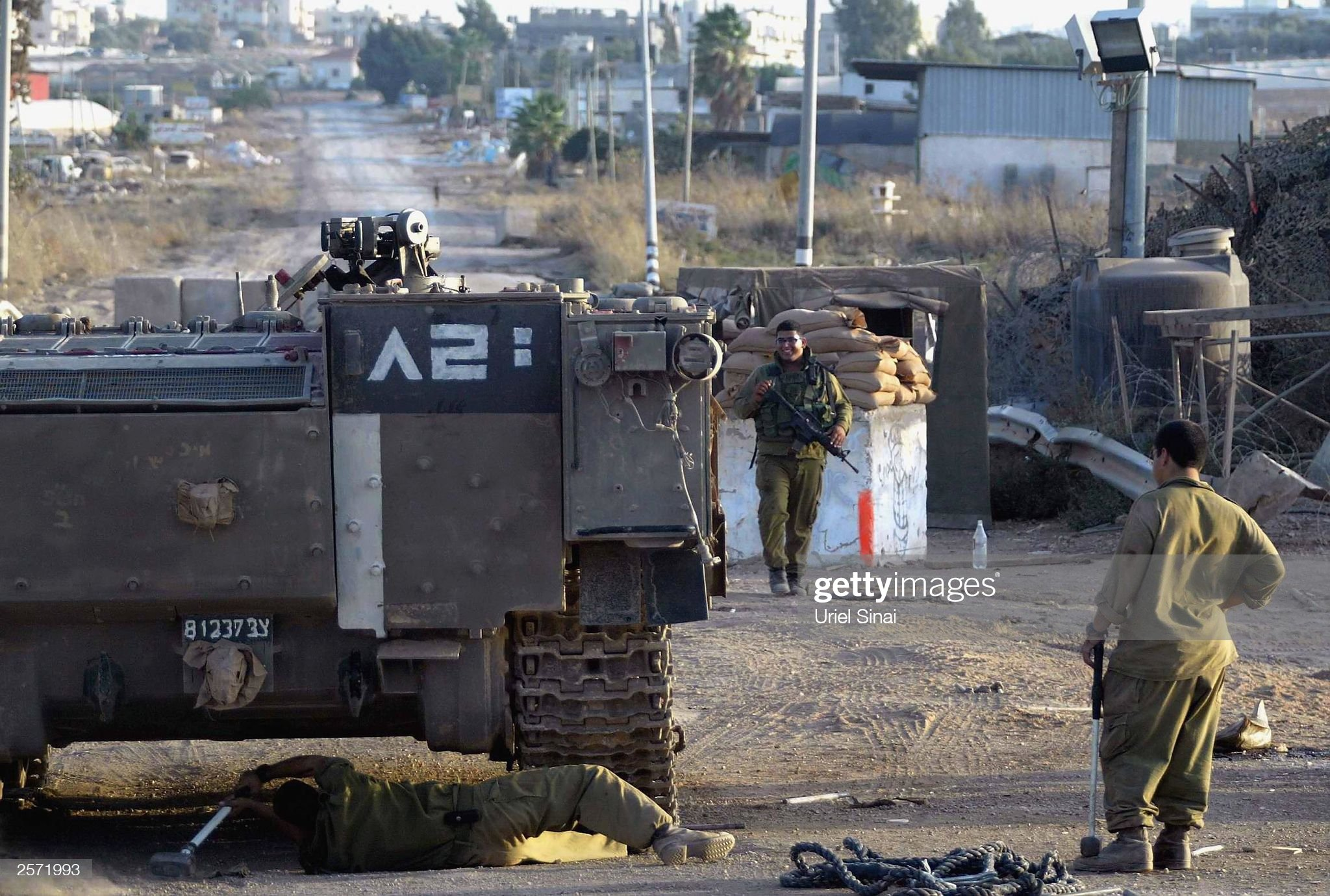 israeli-soldiers-repair-a-tank-on-october-8-2003-in-an-outpost-next-picture-id2571993?s=2048x2048