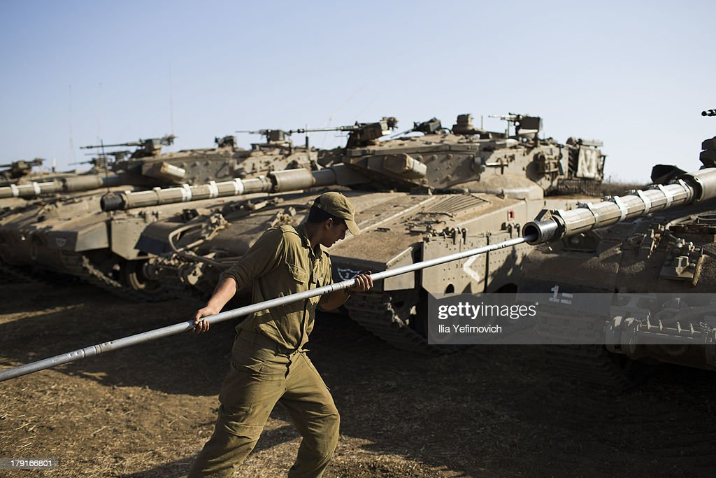 Israeli soldiers seen working on his tank on September 1, 2013 near the border with Syria, in the Israeli-annexed Golan Heights. Tension's are rising in Israel amid international talks of a military intervention In Syria.