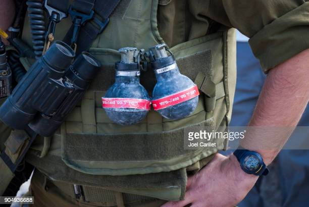 Israélien soldat avec stun grenades dans Bil'in, Cisjordanie