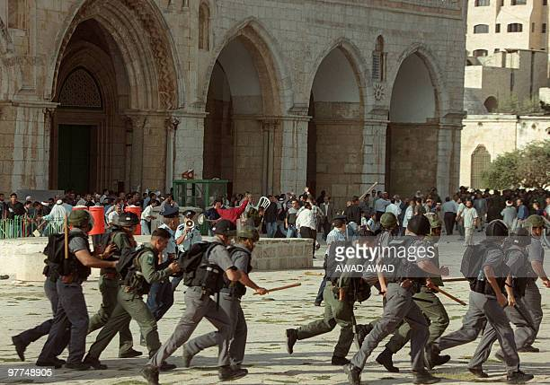 Israeli troops run as clashes erupt outside the AlAqsa mosque compound in Jerusalem's Old City 28 September 2000 following a visit to the holy site...