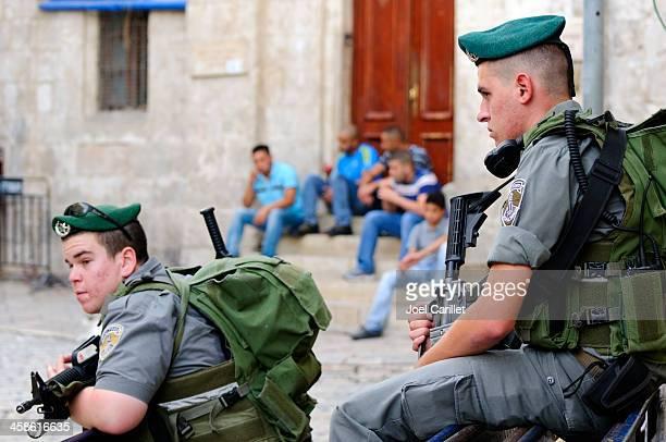 israelíes y palestinos en jerusalén del barrio musulmana - guardia civil fotografías e imágenes de stock
