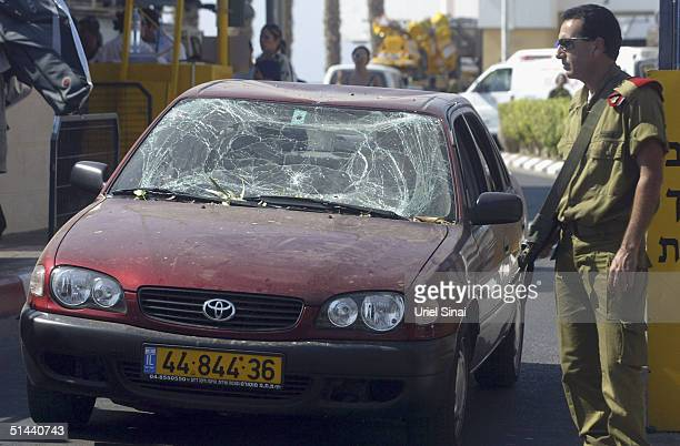 Israelis cross the border into the Israeli town of Eilat from the Egyptian resort of Taba on the Red Sea on October 8 2004 in Eilat Israel Some 100...