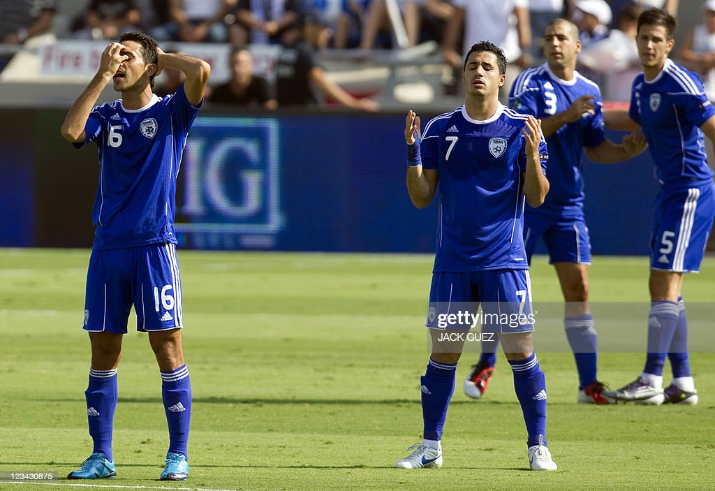 Israel's Jewish player Eran Zahavi (L) a : News Photo