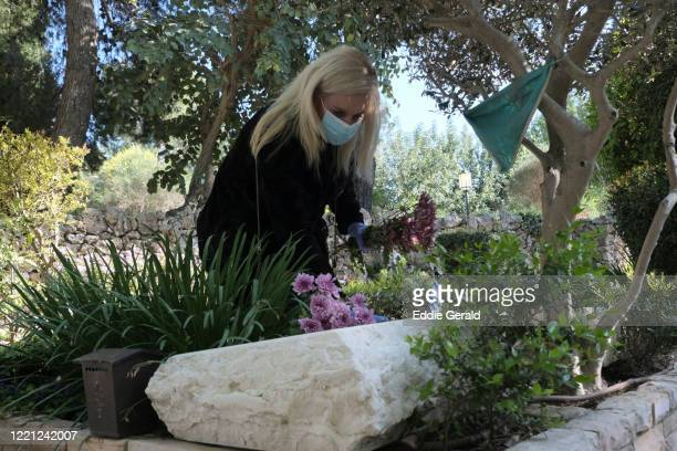 israel's official remembrance day amid coronavirus - mount herzl stock pictures, royalty-free photos & images
