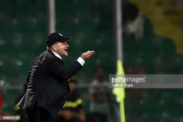issues instructions during the Serie A match between US Citta di Palermo and UC Sampdoria at Stadio Renzo Barbera on August 31 2014 in Palermo Italy