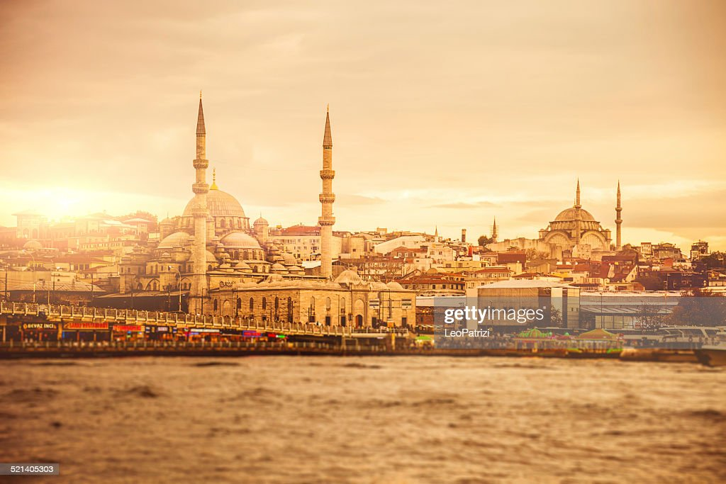 Paisaje de la ciudad de Estambul al atardecer : Foto de stock
