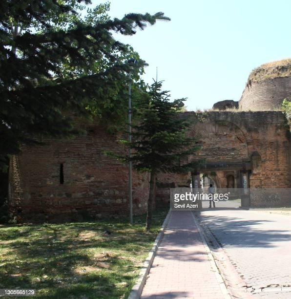 porta di istanbul dalle porte della città di iznik, rovine delle mura della città - porta cittadina foto e immagini stock