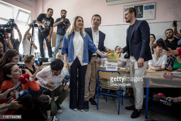 Istanbul mayoral candidate Ekrem Imamoglu of the Republican People's Party casts his vote with wife Dilek and son Mehmet Selim on June 23 2019 in...