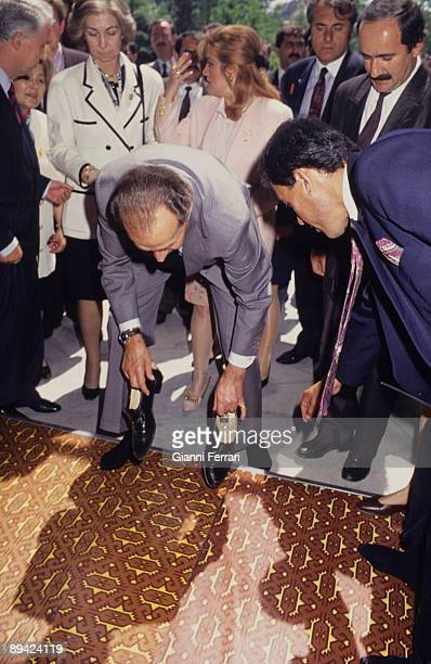 Istanbul Turkey 1993 Official visit of Spanish Kings to Turkey In the image the Spanish Kings visiting Suleymanive Mosque