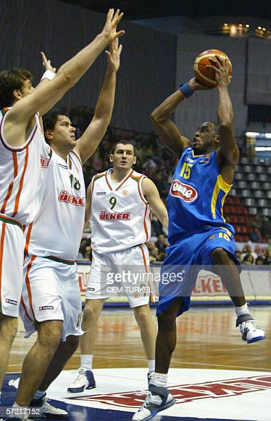 Willie Solomon of Maccabi Tel Aviv goes for a basket as Ulker`s Bekir Yarangume Drago Psalic and Robert Gulyas try to block 30 March 2006 during...