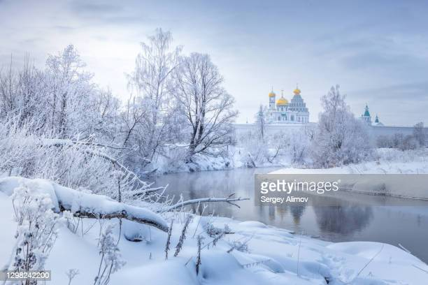 istra river in winter landscape with rime and snow on the trees -  キリスト教 伝来の地  ストックフォトと画像