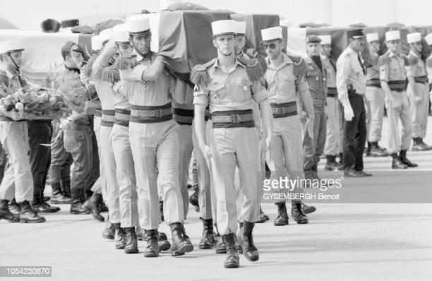 Istres, France, septembre 1983 --- A l'aéroport militaire d'Istres, le dernier hommage aux légionnaires et parachutistes tombés à Beyrouth. Depuis...
