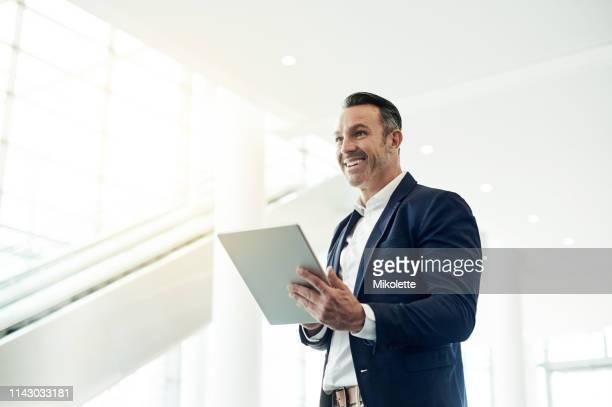 ayuda tener un asistente digital - bien vestido fotografías e imágenes de stock