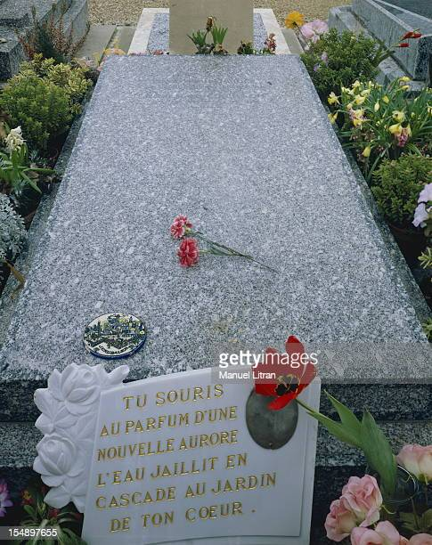 It is in a cemetery campaign that Romy Schneider depends now on close to the body of David Meyen his son two eyes poses on the grave