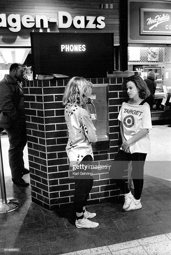 DEC 26 1986; It is nice to know that even during the Christmas shopping rush there are those that ca : News Photo