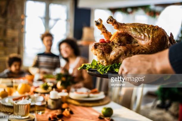 それは感謝祭の七面鳥のための時間です! - スタッフィング ストックフォトと画像