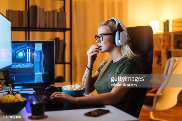 it keeps her focused - gamer stock pictures, royalty-free photos & images