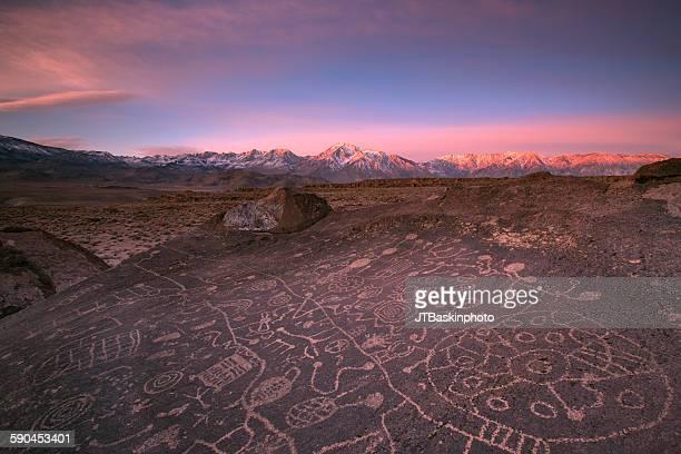 it was written, eastern sierra, ca - pintura rupestre fotografías e imágenes de stock