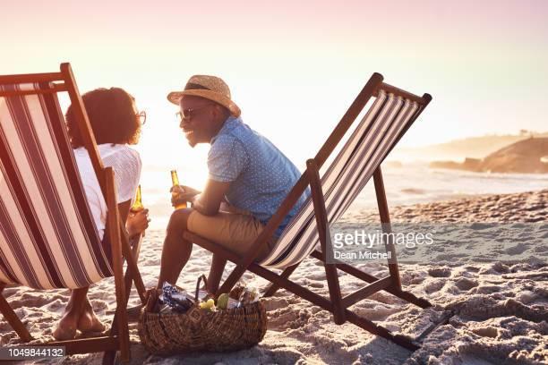 il ne serait pas l'été sans un peu de romance - vacances à la mer photos et images de collection