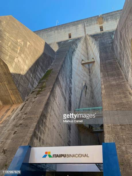 "itaipu dam (itaipu binacional) exterior view in foz do iguacu, parana, brazil - ""markus daniel"" fotografías e imágenes de stock"