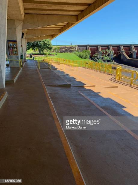 "itaipu dam (itaipu binacional) exterior view of spillway from visitors platform in foz do iguacu, parana, brazil - ""markus daniel"" stock-fotos und bilder"