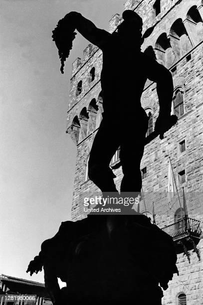 , Italia, Florence, Firenze, Loggia dei Lanzi, art, arte, statue, Perseus with the head of Medusa, silhouette, history, historical, 1950s Italy - The...