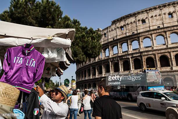 italia sweather under the coliseum - italia stockfoto's en -beelden